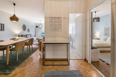 This one bedroom apartment is very well located in the top of the plateau de Champel close to Rive and Plainpalais. Entirely refurnished you will quickly feel at home in this modern and design surrounding.