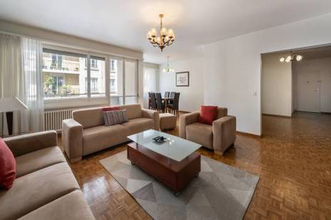 Large apartment ideal for a family with children. Consisting of 3 bedrooms and 2 separate bathrooms. A bright living room with a balcony and a dining room provide a comfortable living space. A large entrance hall, a separate equipped kitchen. Parking for rent under the same building.