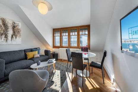 Apartment on the 6th floor in a beautiful building with elevator. Fully equipped with a kitchen open to the living room. Large separate dressing room and bathroom with shower. Bright room with high ceilings and a view of the lake.
